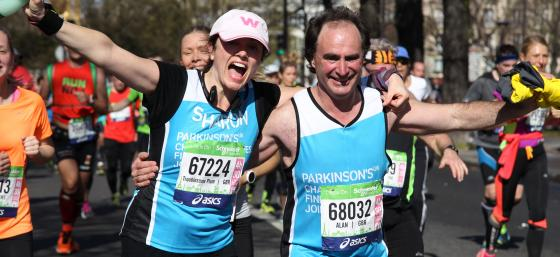 2 runners at the Paris Marathon